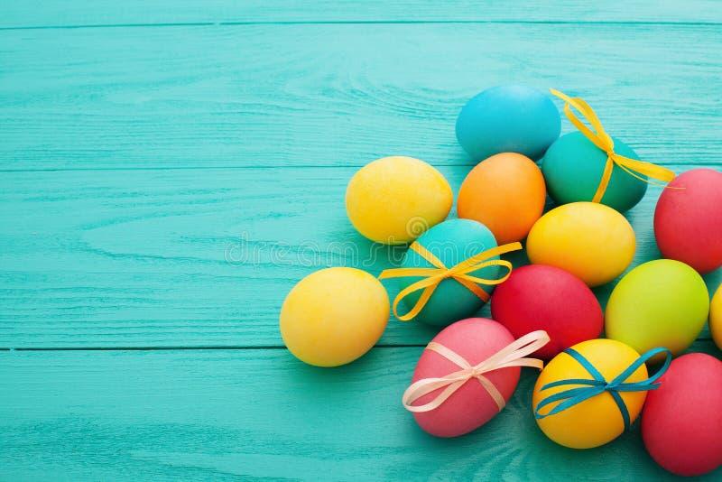 Fundo dos ovos de Easter Ovo colorido Vista superior e zombaria acima Divertimento do feriado Projeto do alimento Foco seletivo fotografia de stock