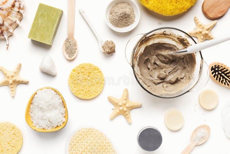 Fundo dos termas da beleza com os vários produtos cosméticos fotografia de stock