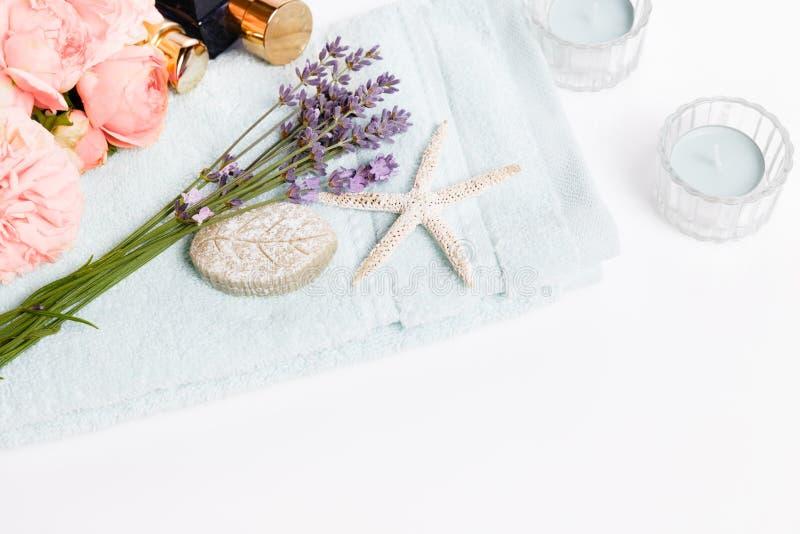 Fundo dos termas e do bem-estar, alfazema, rosas cor-de-rosa, cosméticos em uma toalha fotografia de stock
