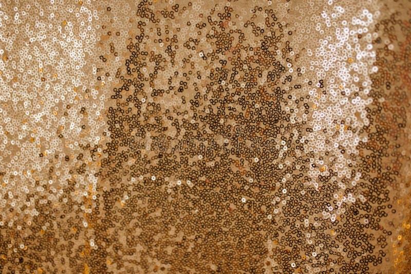 Fundo dourado do brilho de matéria têxtil do sumário da lantejoula imagens de stock royalty free