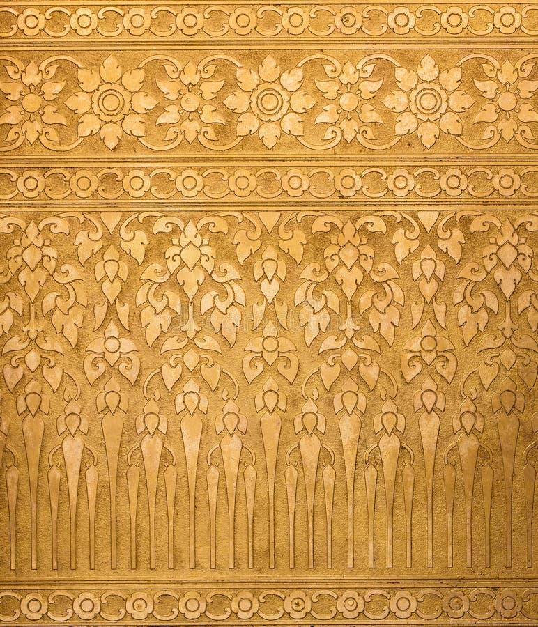 Fundo dourado do metal com as texturas tradicionais tailandesas, contemporâneas imagem de stock