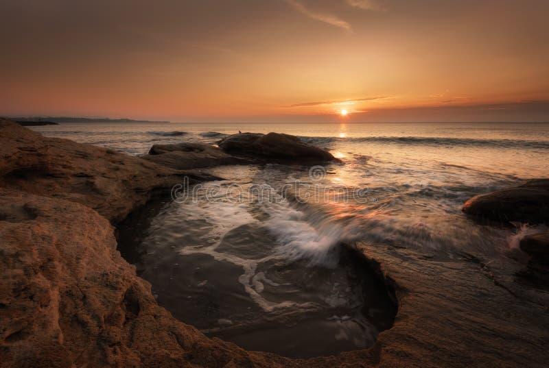 Fundo dramático da natureza - ondas grandes e rocha escura no mar tormentoso, clima de tempestade Cena dramática Cores de contras fotografia de stock