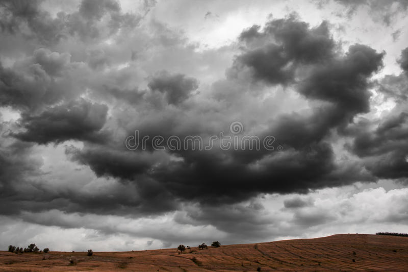 Fundo dramático das nuvens de tempestade do trovão Paisagem da natureza fotografia de stock royalty free