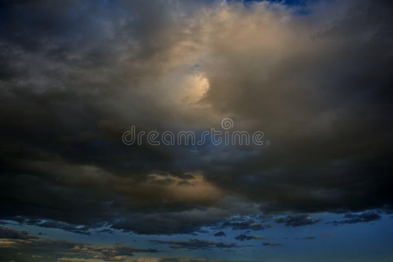 Fundo dramático do céu Nuvens tormentosos no céu escuro Cloudscape temperamental fotos de stock