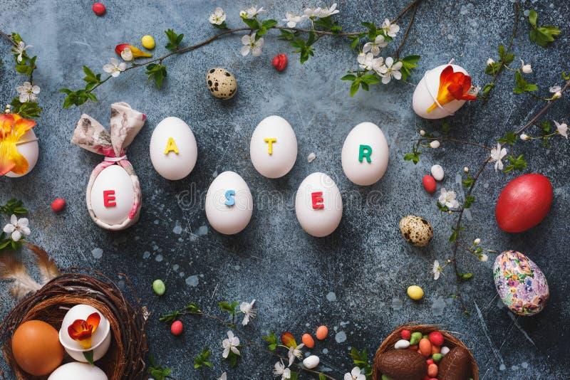 Fundo e decorações da Páscoa com a palavra da Páscoa escrita em ovos imagens de stock