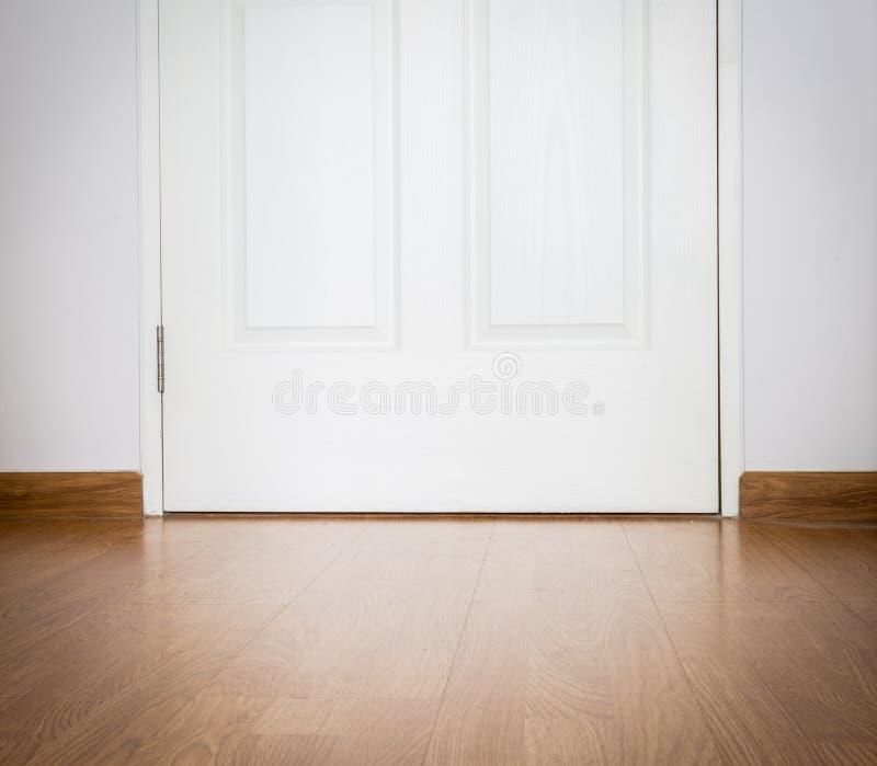 Fundo e porta de madeira da textura da perspectiva foto de stock