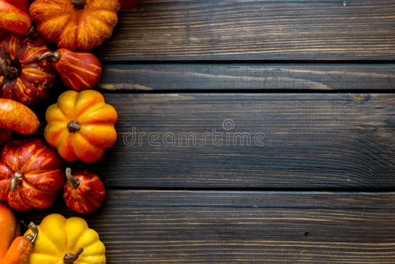Fundo e quadro de Autumn Thanksgiving com as folhas e as abóboras pequenas que cercam o quadro fotografia de stock