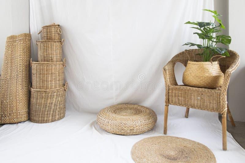 Fundo e textura da cadeira de vime e do weave de cesta no branco fotos de stock