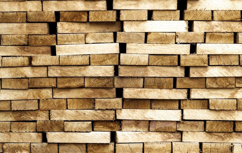 Fundo e textura de madeira do material de construção da madeira pilha foto de stock