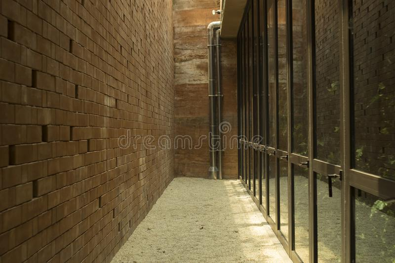 Fundo e textura do corredor Espaço entre o marrom bric imagens de stock royalty free