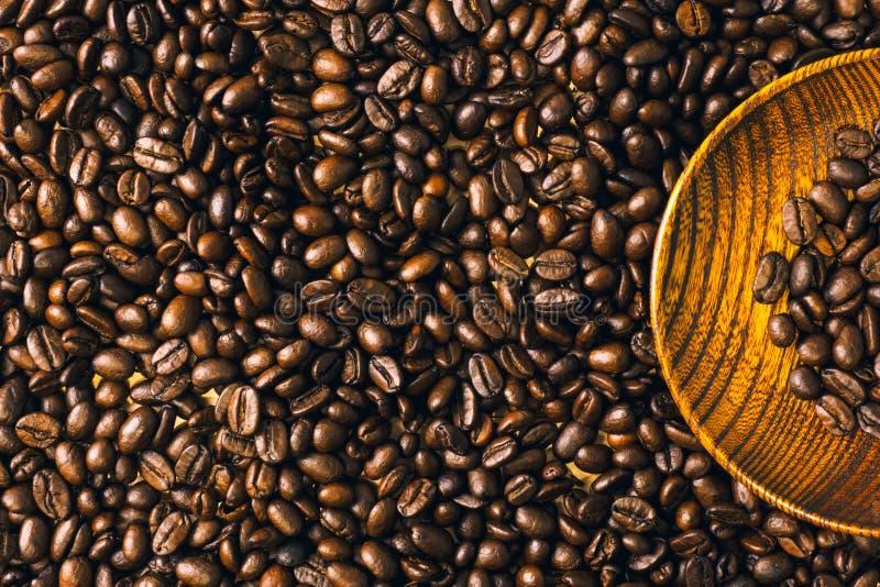 Fundo e textura Roasted do feijão de café com placa de madeira, co imagem de stock