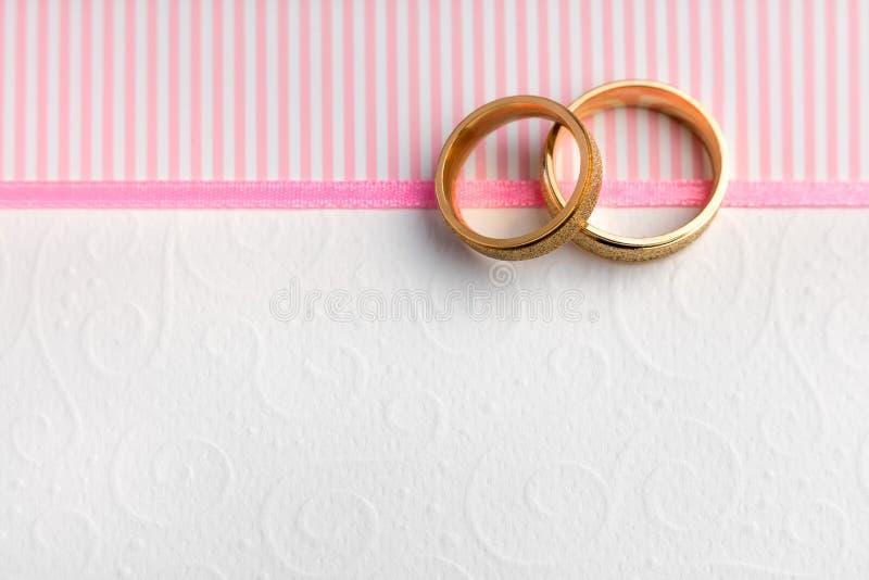 Fundo elegante do casamento - duas alianças de casamento imagem de stock