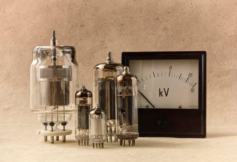 Fundo eletrônico do vintage com tubos e voltímetro de vácuo no papel de embalagem fotografia de stock royalty free