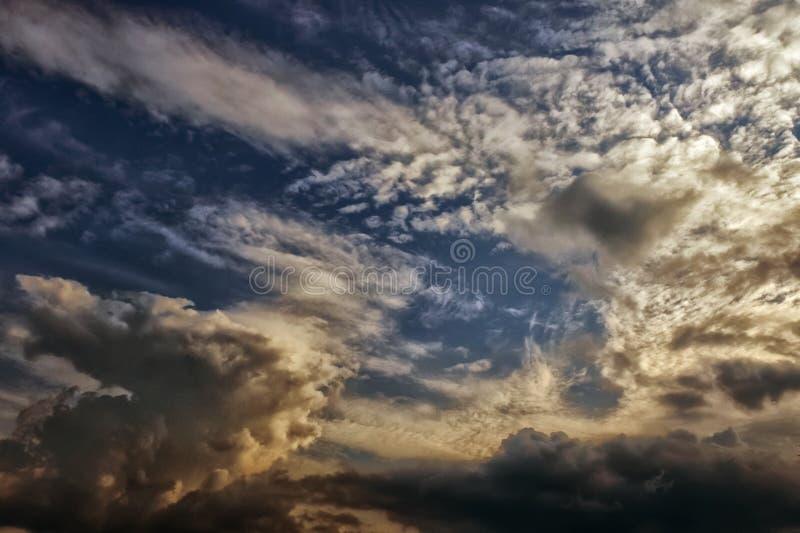 Fundo elevado das nuvens fotografia de stock royalty free