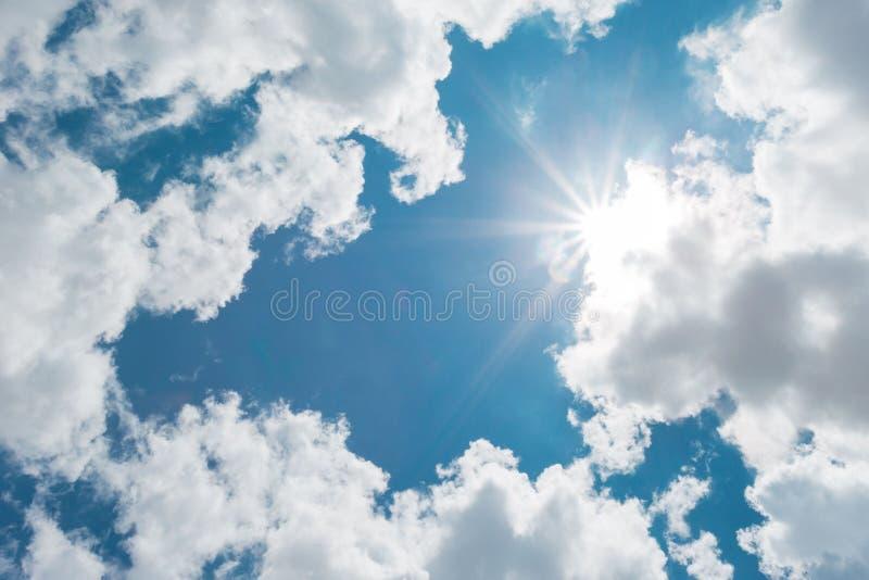 Fundo ensolarado, c?u azul com nuvens brancas e sol O fundo azul natural tem uma brisa em um dia brilhante no ver?o ilustração royalty free
