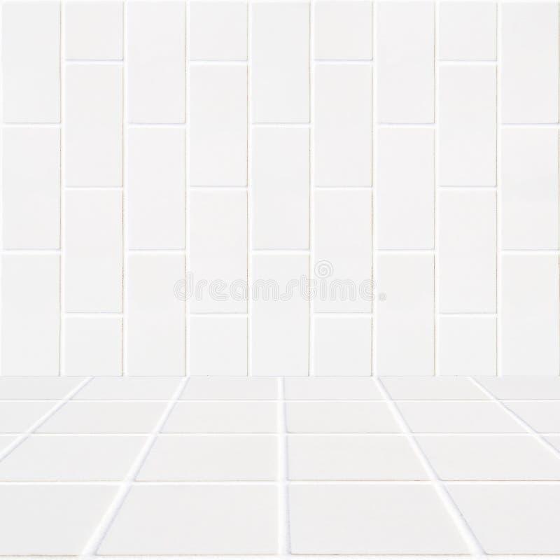 Fundo ereto branco dos tijolos e assoalho de mosaico branco foto de stock royalty free