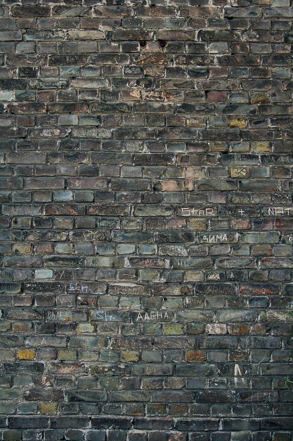 Fundo escuro da parede de tijolo fotografia de stock royalty free