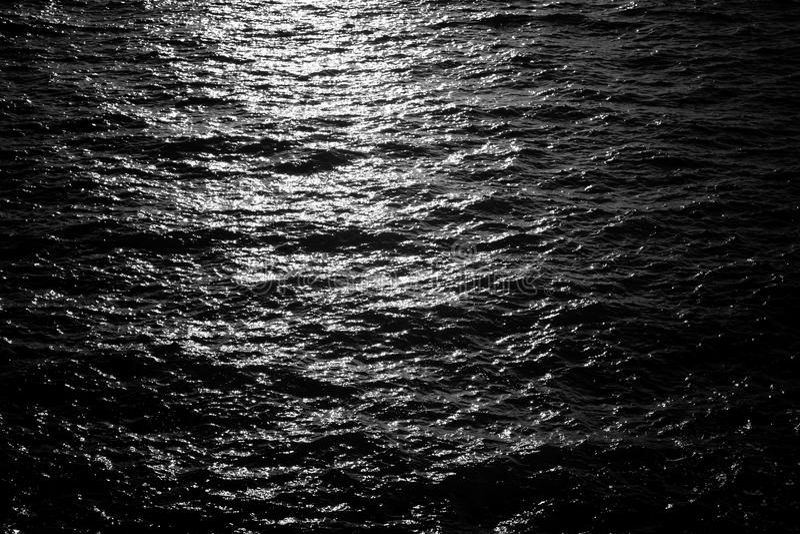 Fundo escuro da superfície da água foto de stock royalty free
