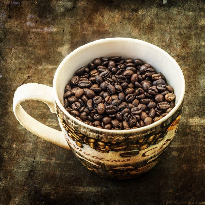Fundo escuro do grunge dos feijões de café fotografia de stock royalty free