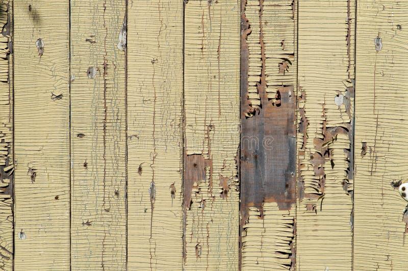 Fundo estrutural de madeira com pintura inchada amarela das placas verticais paralelas imagem de stock royalty free