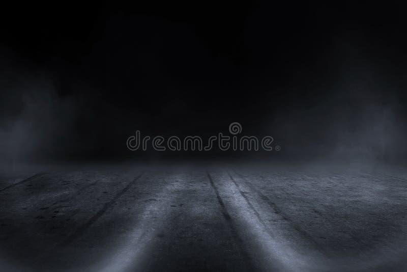 Fundo exterior obscuro criativo do asfalto com luz da névoa altamente fotos de stock