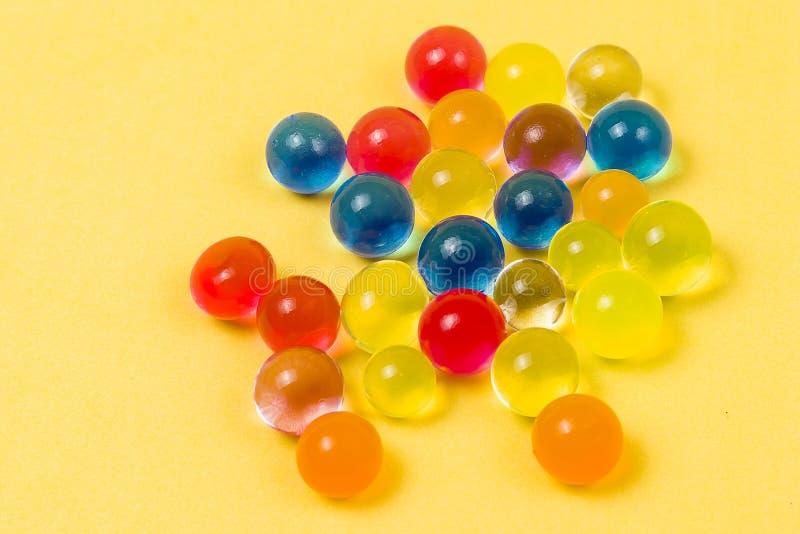 Fundo feito com as bolas dispersadas do gel da cor imagens de stock