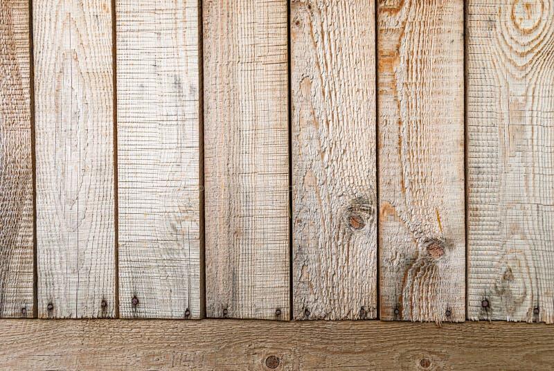 Fundo feito de placas de madeira verticais e horizontais do pinho imagens de stock royalty free