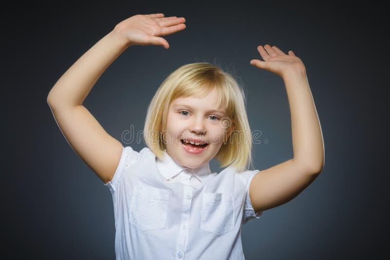 Fundo feliz bem sucedido do cinza da menina do retrato do close up imagens de stock royalty free