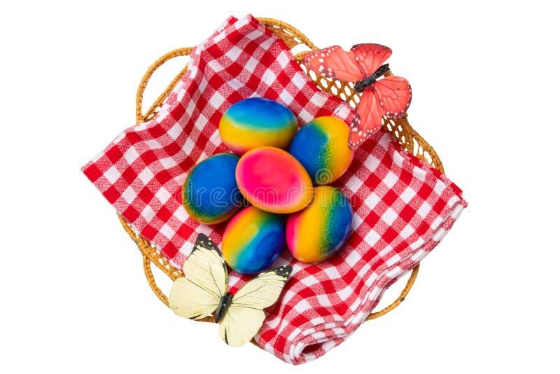Fundo feliz das decora??es de easter Vista superior de ovos da p?scoa coloridos em uma cesta no guardanapo quadriculado vermelho  fotografia de stock