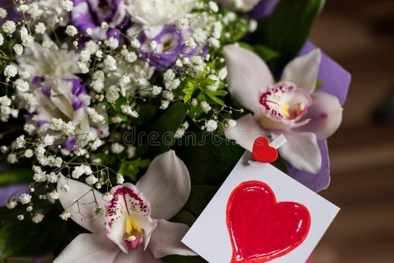 Fundo feliz do cartão do dia de Valentim com dia vermelho da surpresa do presente do coração Disposição criativa com flores color imagem de stock royalty free