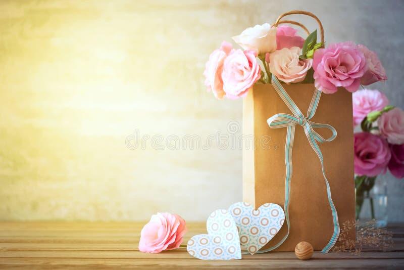 Fundo feliz do dia com flores, corações e curva fotografia de stock