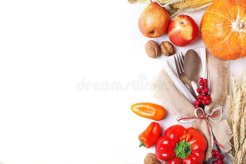 Fundo feliz do dia da ação de graças, tabela decorada com abóboras, milho, frutos e folhas de outono Festival da colheita E fotos de stock