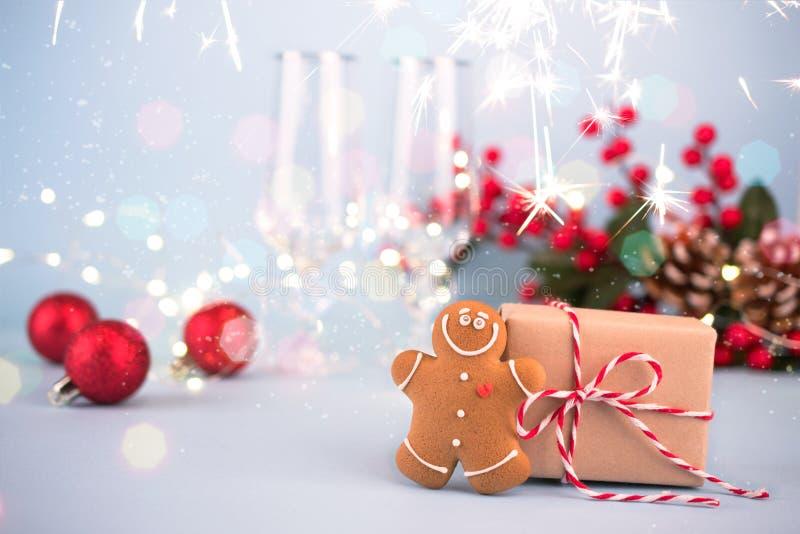 Fundo festivo com presente, pão-de-espécie, decorações do Natal e vidros para o champanhe fotografia de stock royalty free