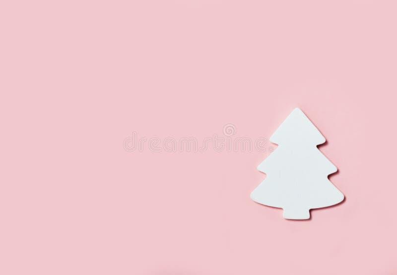 Fundo festivo da bandeira do Natal: árvore do White Christmas no fundo cor-de-rosa fotografia de stock