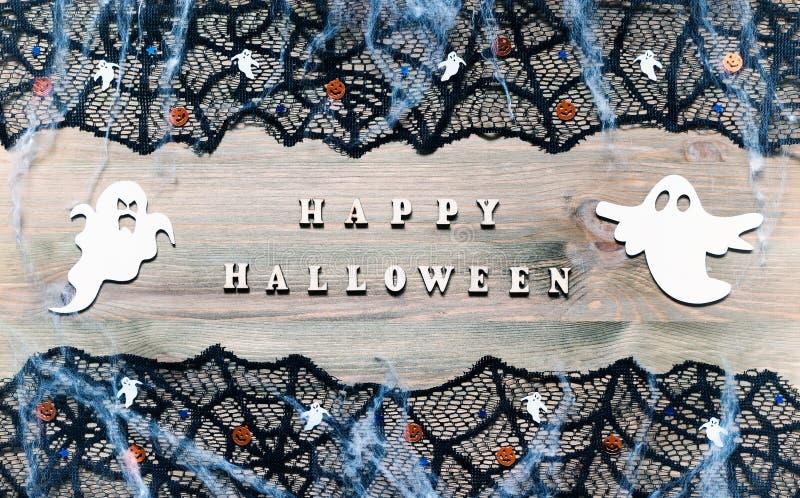 Fundo festivo de Dia das Bruxas Letras de Dia das Bruxas e decorações felizes de Dia das Bruxas no fundo de madeira foto de stock