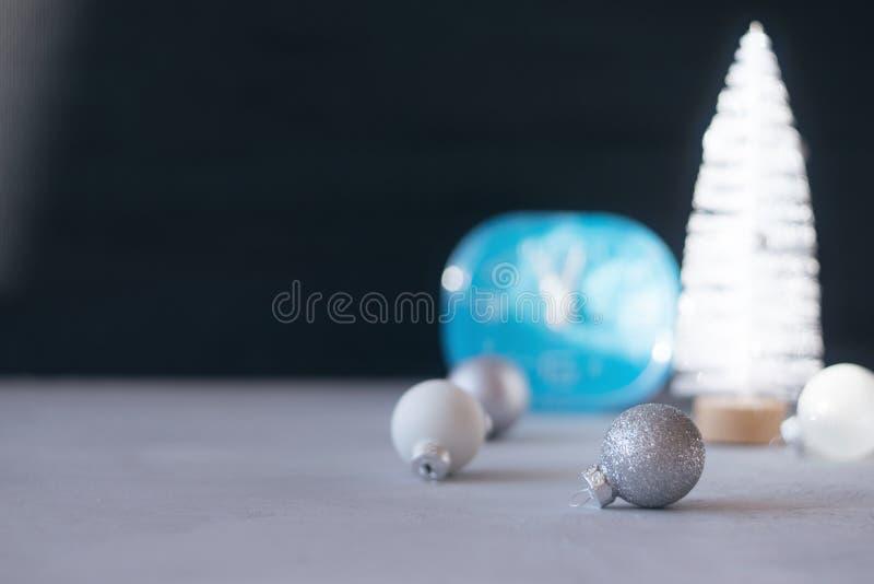 Fundo festivo do inverno do presente do Natal mínimo moderno Fim acima do pulso de disparo azul, árvore do White Christmas, bola  foto de stock royalty free