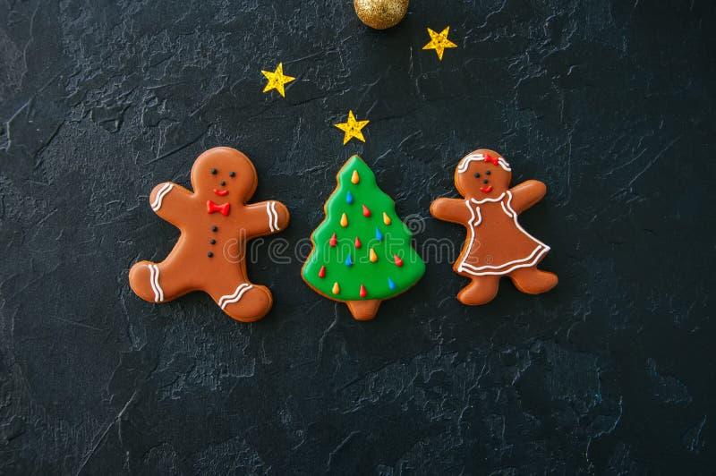 Fundo festivo do Natal, cookies com imagens do pão-de-espécie fotografia de stock