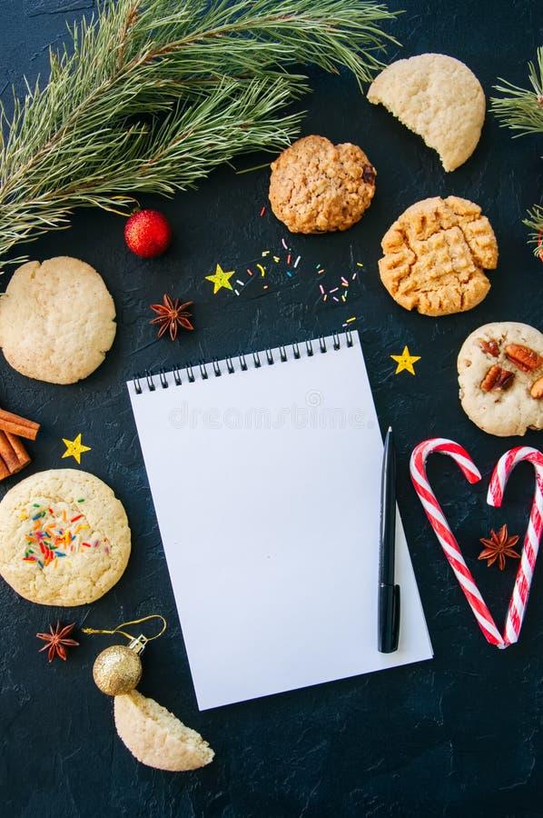 Fundo festivo do Natal Grupo de cookies para Santa, doces Ca foto de stock royalty free