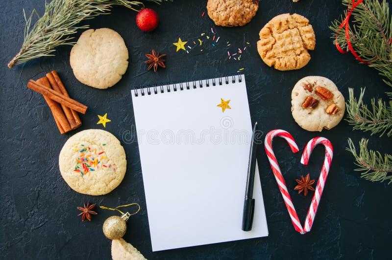 Fundo festivo do Natal Grupo de cookies para Santa, doces Ca imagens de stock