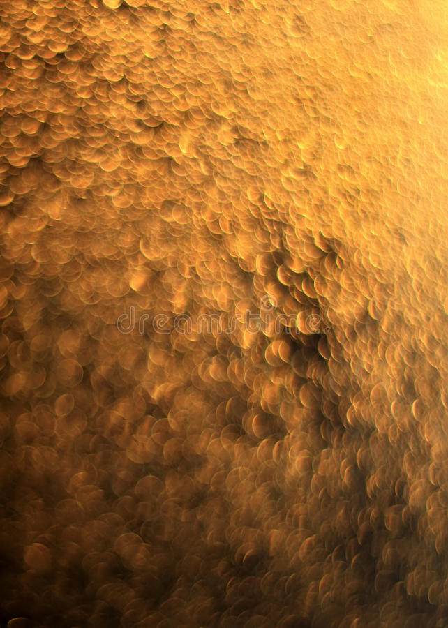 Fundo festivo dourado dos lotes de círculos brilhantes fotos de stock royalty free