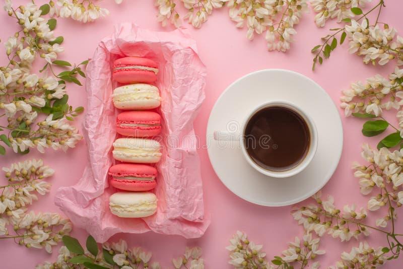 Fundo floral da mola com café e massa, texturas e papel de parede Flores brancas lisas em um claro - fundo cor-de-rosa, vista sup imagens de stock royalty free
