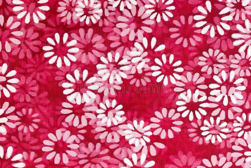 Fundo floral das flores brancas impressas em um material líquido vermelho ilustração stock