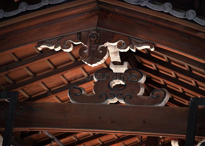 Fundo floral do trabalho detalhado do apoio japonês da madeira do telhado imagem de stock