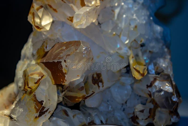 Fundo, fotografia de um determinado mineral cristalino de uma pedra contendo cristal fotografia de stock royalty free