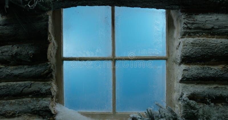 Fundo geado, coberto de neve da janela de cabana rústica de madeira imagem de stock royalty free
