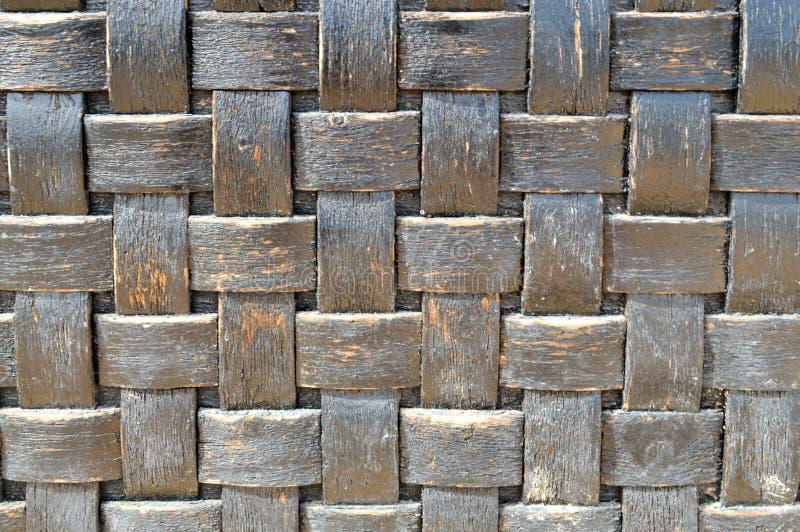 fundo homogêneo decorativo feito a mão de vime velho áspero - azul - da textura de madeira convexa preta escura da geometria da m foto de stock