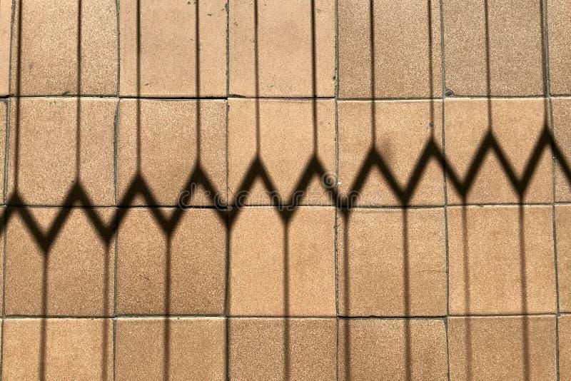 Fundo horizontal da sombra entalhada da grelha nas telhas de assoalho marrons com dentes, os riscos e colisões pequenos foto de stock