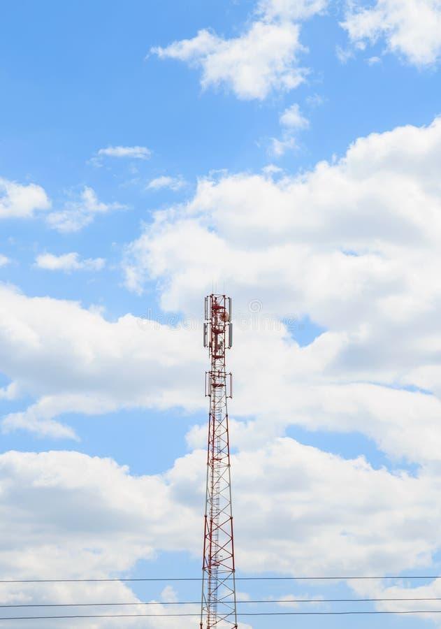 Fundo industrial Antena do telefone celular celular, da tevê, do Internet e da torre de rádio contra o céu azul com espaço da cóp imagem de stock