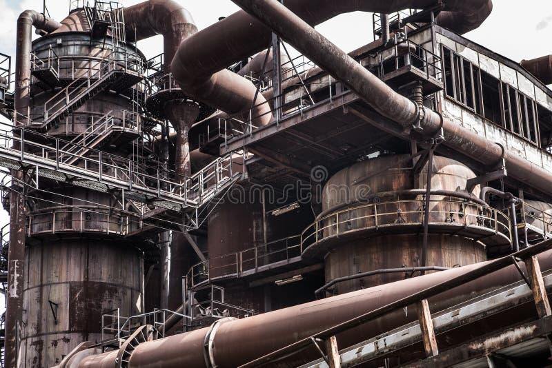Fundo industrial com tubulações e equipamento oxidados imagem de stock royalty free
