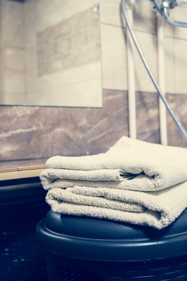 Fundo interior borrado do banheiro e toalhas brancas dos termas no mármore imagem de stock
